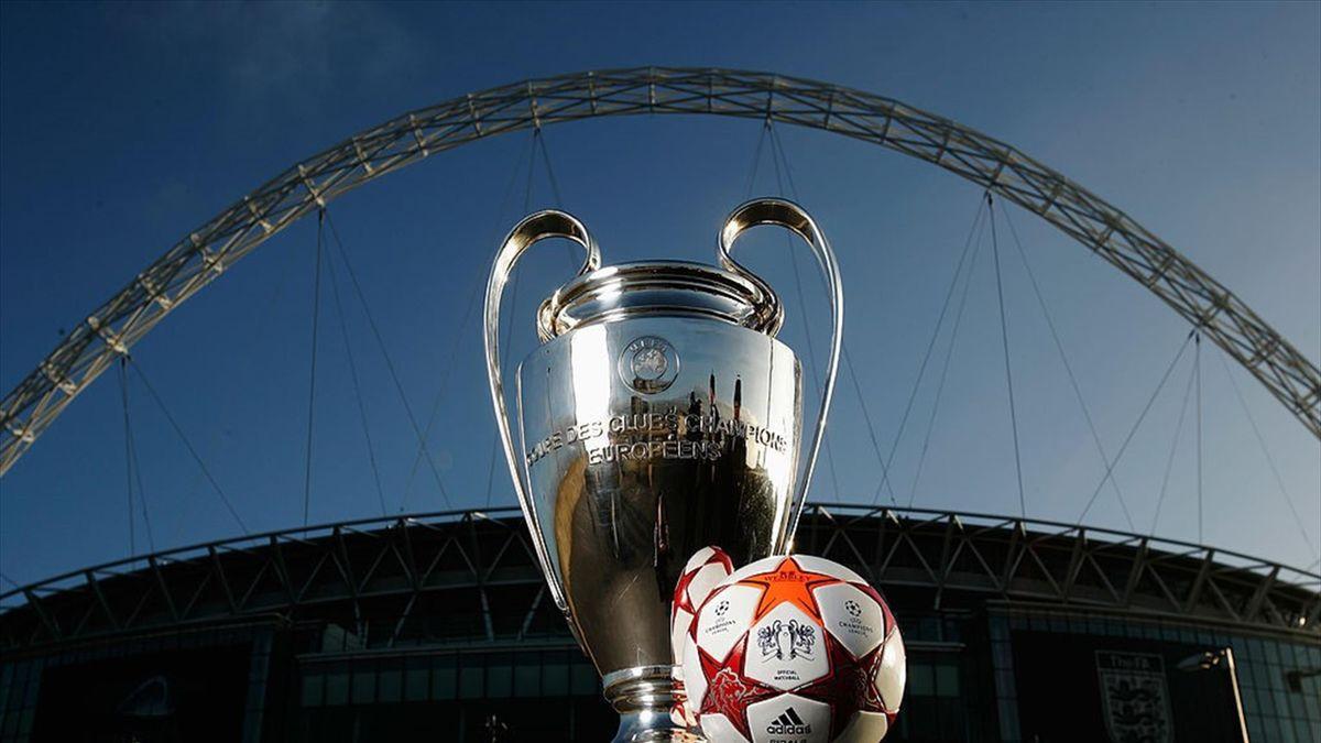 Balón de la Champions League junto a Wembley