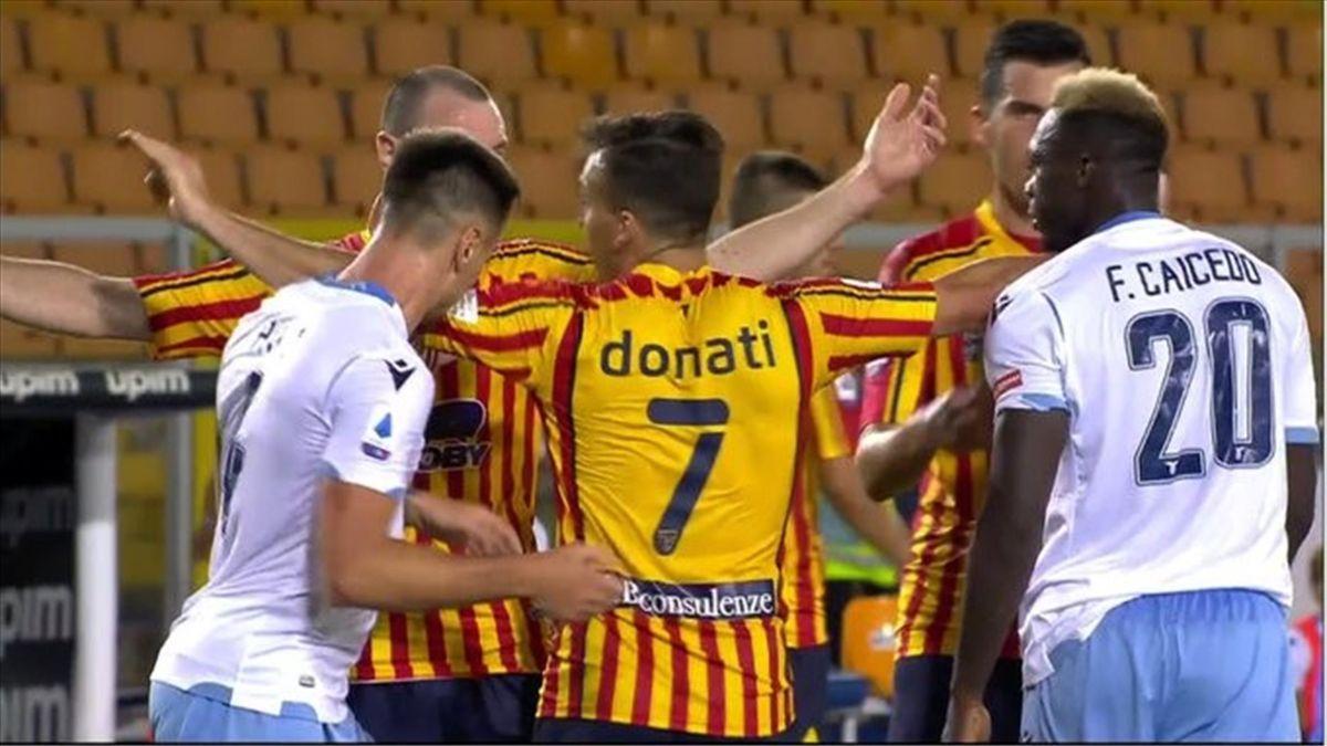 Игрок «Лацио» Патрик кусает защитника «Лечче» Джулио Донати