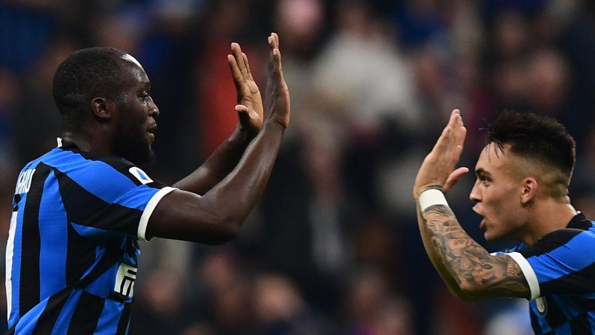 Lukaku e Lautaro Martinez scambia un cenno di intesa in campo con l'Inter