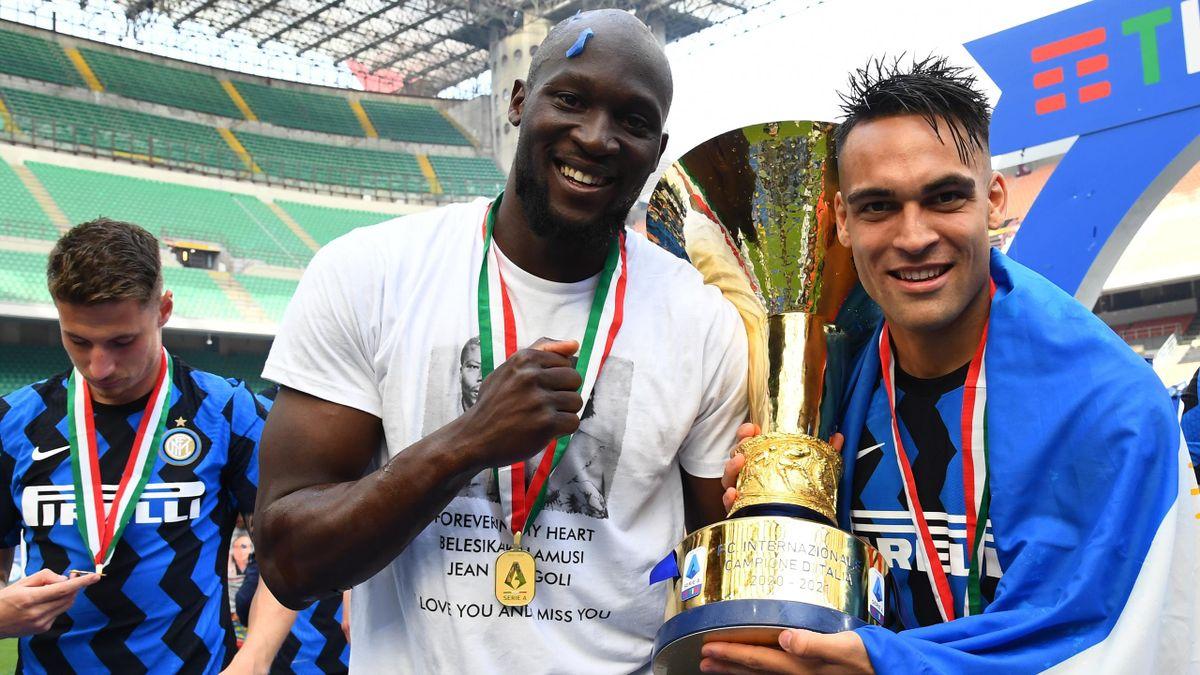 Romelu Lukaku posa insieme al trofeo dello Scudetto insieme a Lautaro Martinez