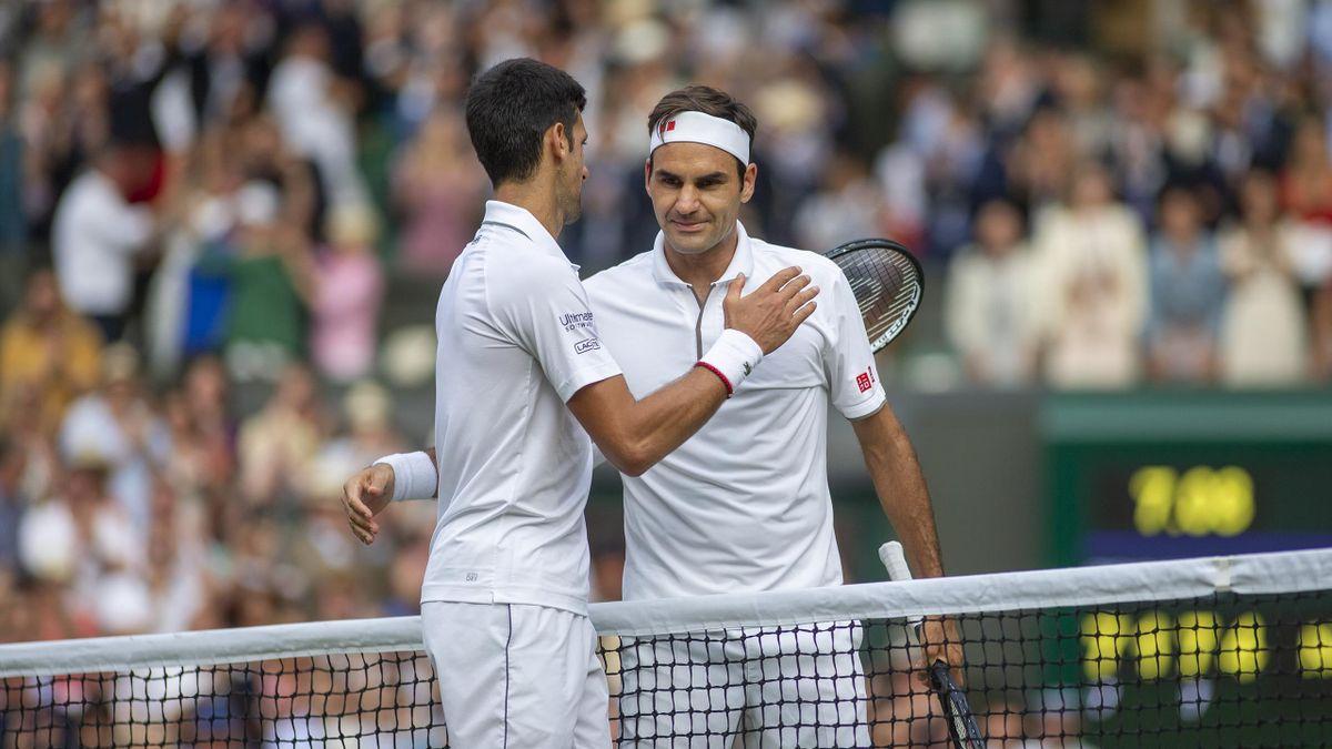 Roger Federer (rechts) gratuliert Novak Djokovic zum Grand-Slam-Rekord