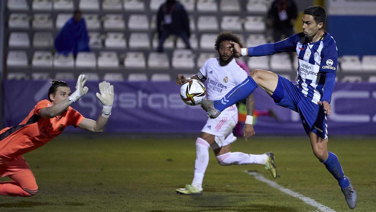 Хуанан Казанова забивает Андрею Луневу и выбивает «Реал» из Кубка