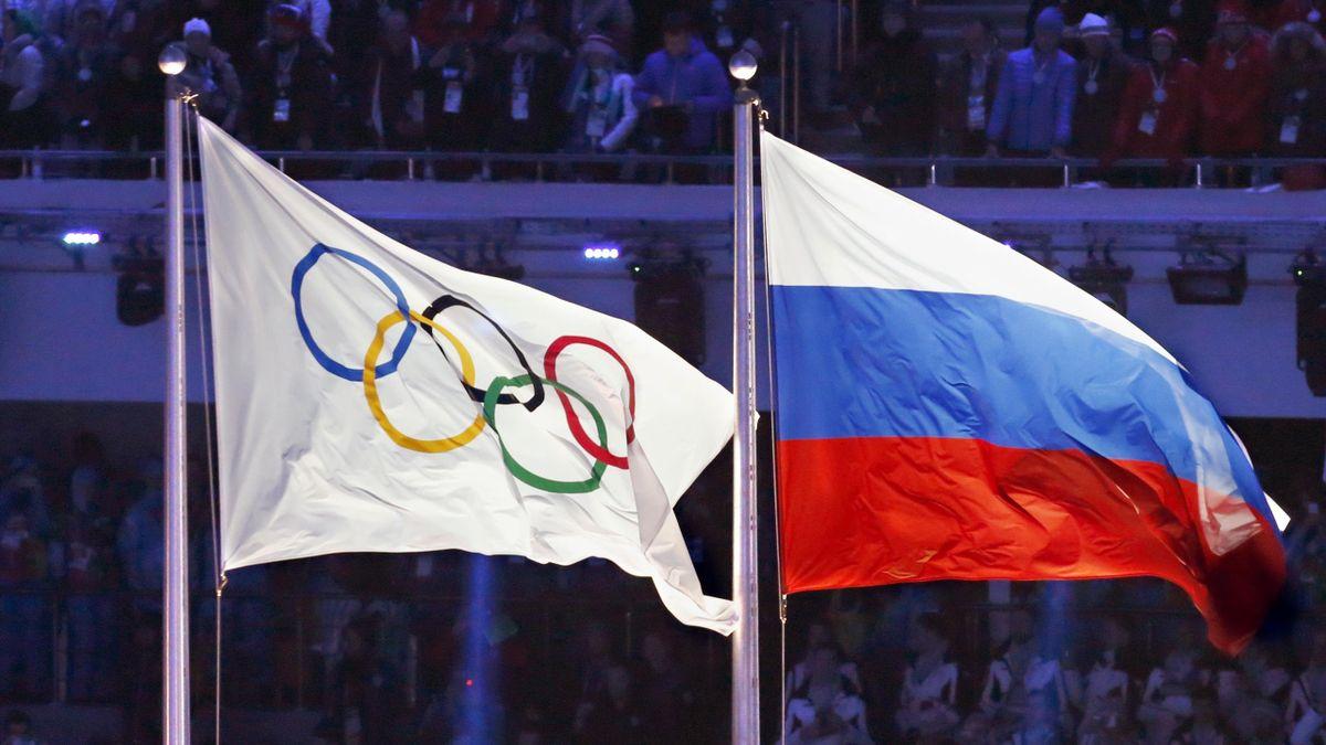 Флаг России (справа) и флаг МОК