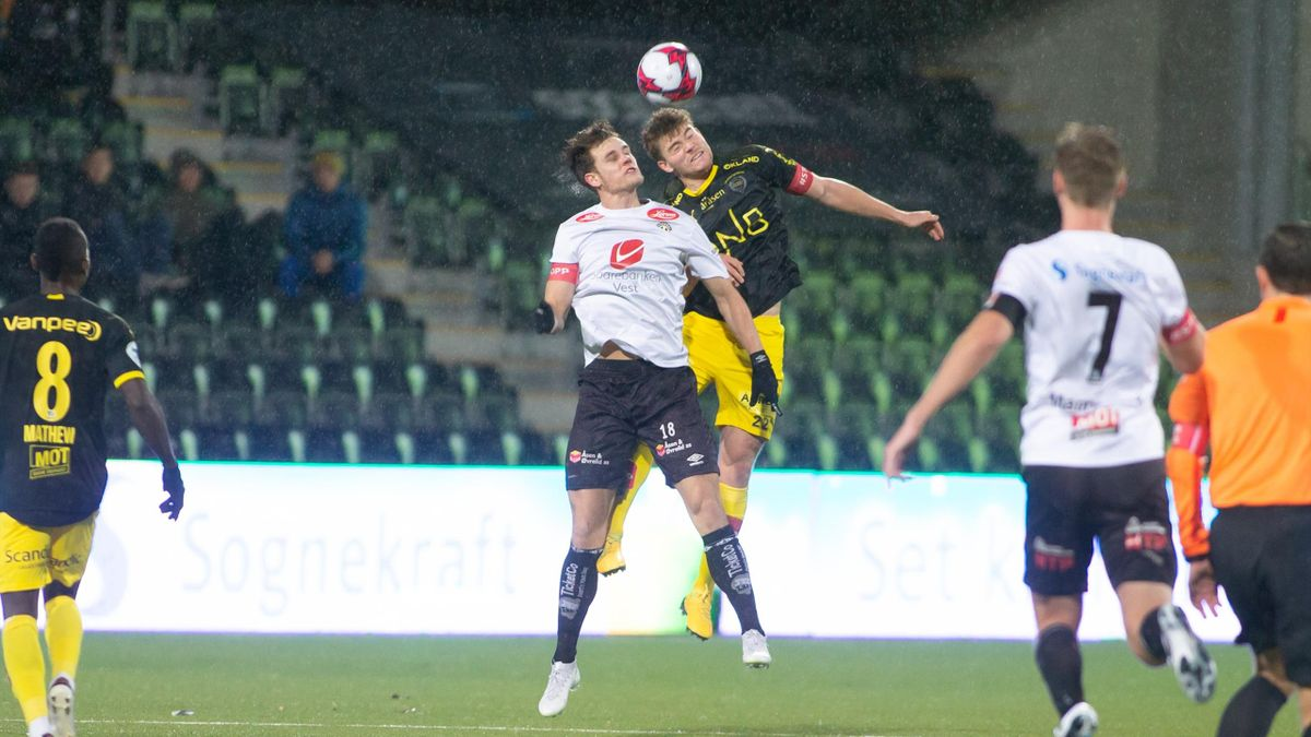 Sogndals Kristoffer Hoven (i duell) scoret fire mål for Sogndal mot Florø lørdag. Her fra fjorårets seriekamp mot Lillestrøm i OBOS-ligaen.
