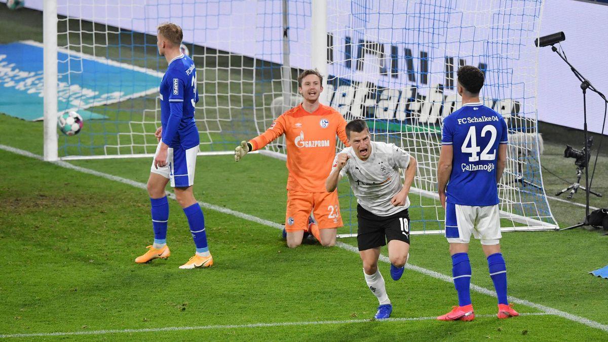 Stefan Lainer (rechts; Borussia Mönchengladbach) dreht nach seinem Treffer gegen Schalke 04 jubelnd ab