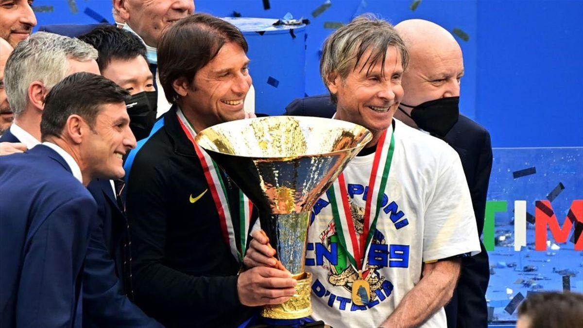 Antonio Conte e Gabriele Oriali con il trofeo dello Scudetto - Inter-Udinese Serie A 2020-21