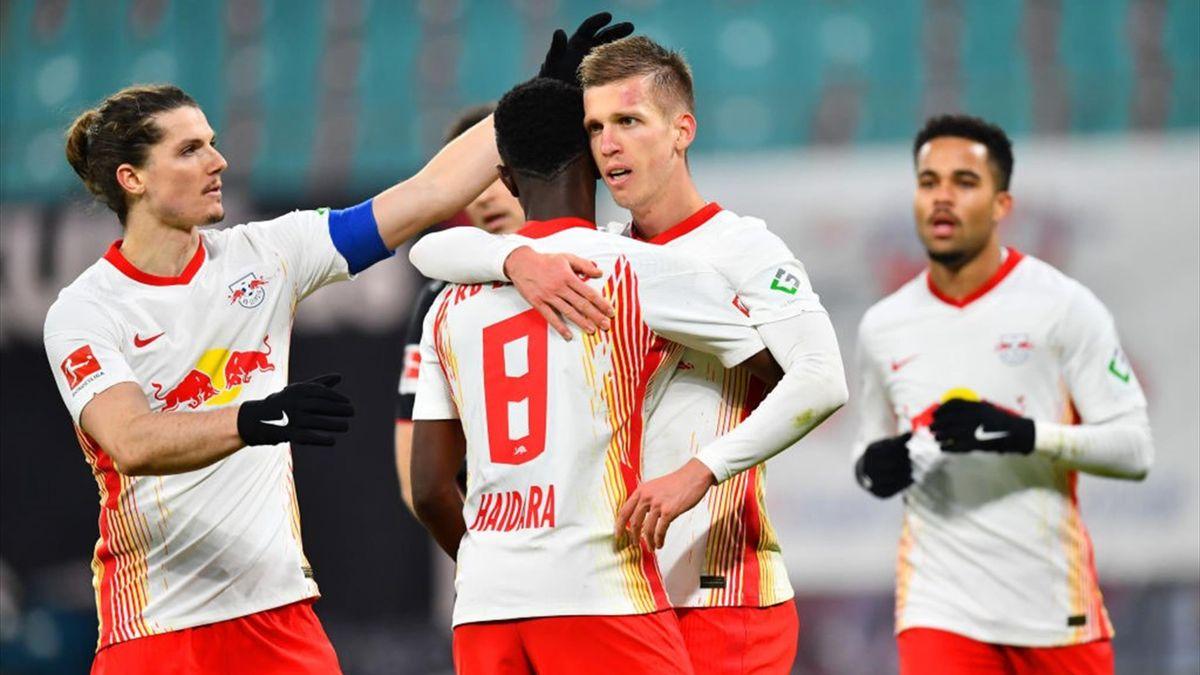 Leipzigs Dani Olmo (2. v. r.) jubelt mit Amadou Haidara und weiteren Mitspielern