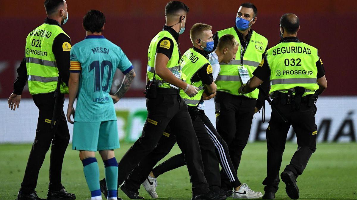 Fanul care a pătruns pe teren la meciul dintre Barcelona și Mallorca