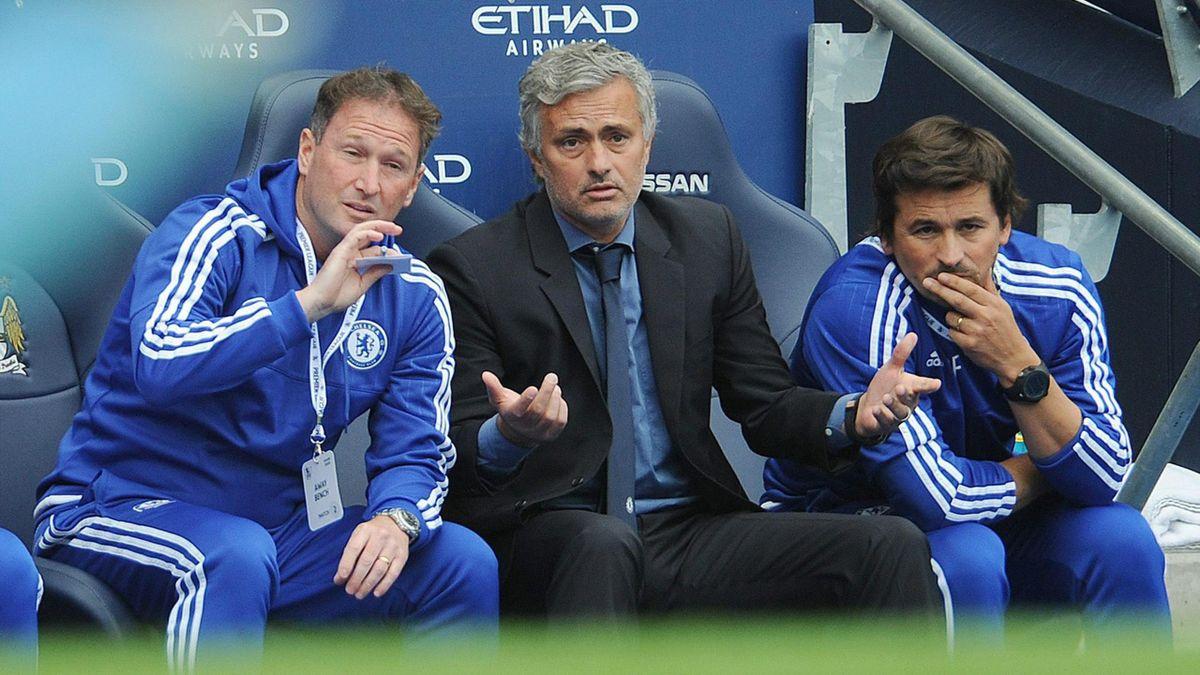 Jose Mourinho junto a sus ayudantes en el Manchester City-Chelsea