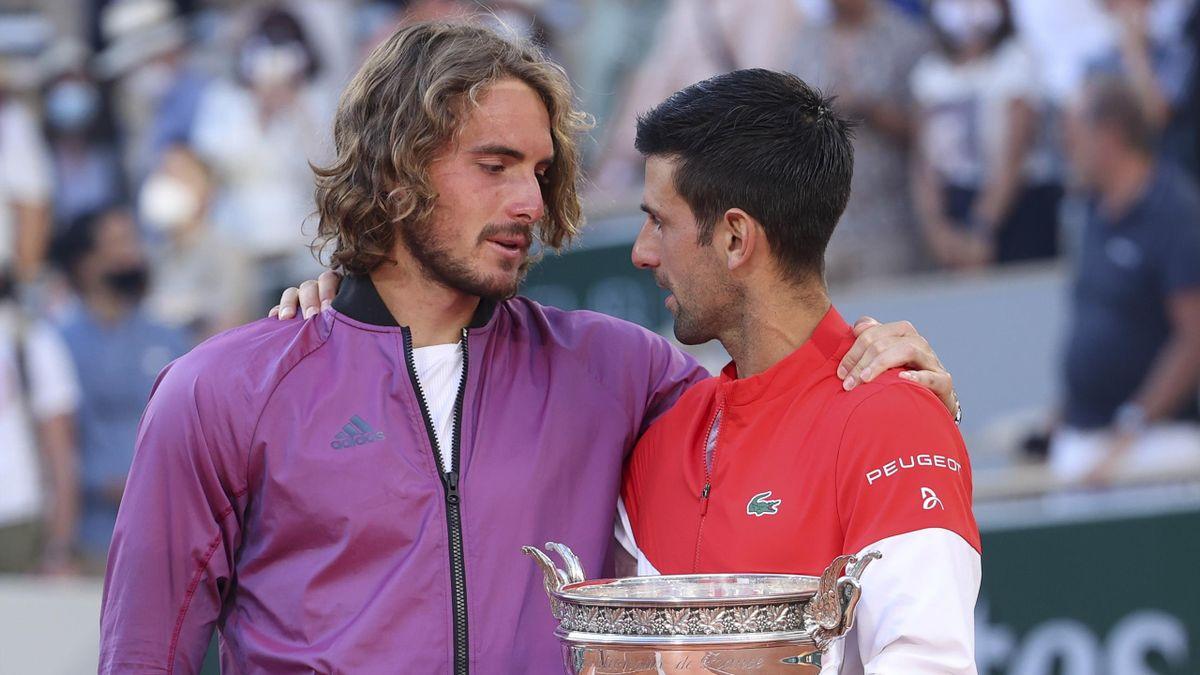 Stefanos Tsitsipas és Novak Djokovic a Garros döntője után