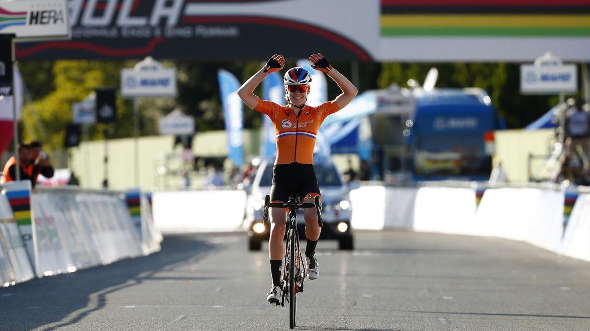 Anna van der Breggen célèbre sa victoire lors de l'épreuve sur route des Mondiaux 2020 à Imola