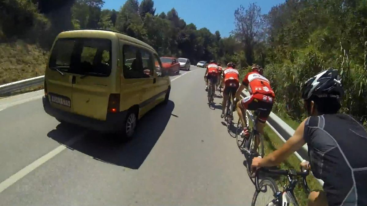 Vehículo adelantando mal a un grupo de ciclistas
