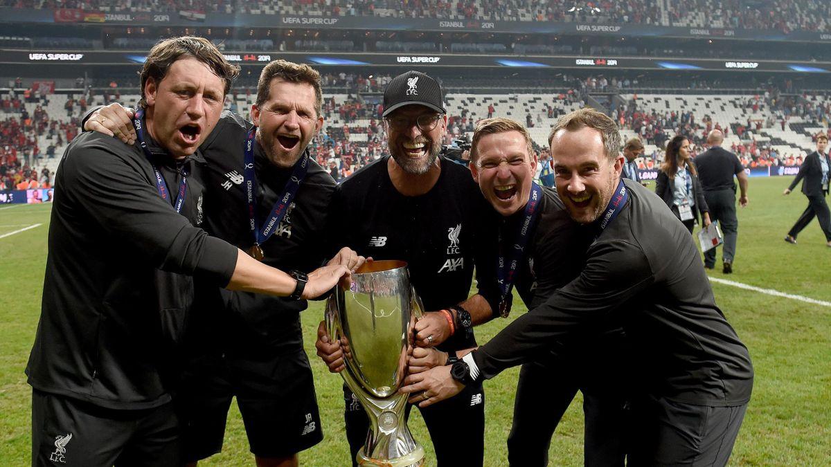 Der Trainerstab vom FC Liverpool mit dem Champions-League-Pokal