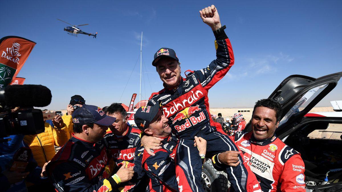 Carlos Sainz (Mini) célèbre sa victoire dans le Dakar 2020 à Qiddiya