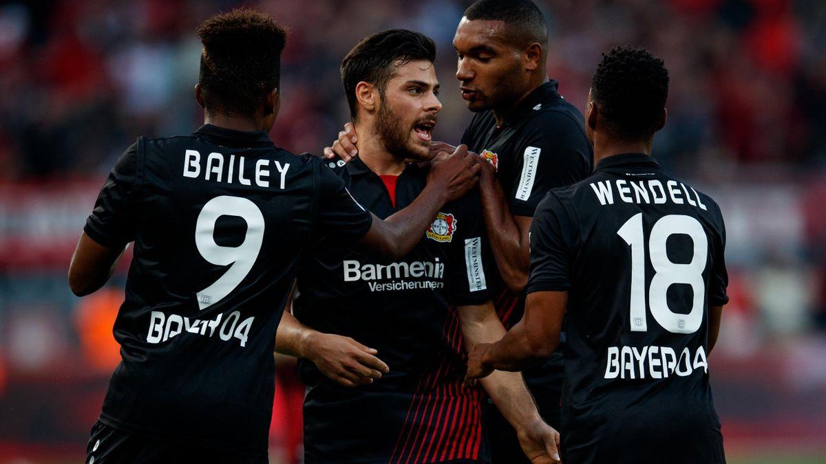 Kevin Volland of Bayer Leverkusen celebrates with team mates after scoring his teams first goal during the Bundesliga match between Bayer 04 Leverkusen and Hamburger SV at BayArena on September 24, 2017 in Leverkusen, Germany.