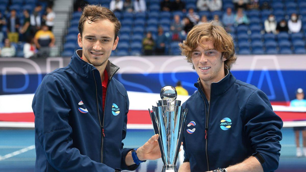 Даниил Медведев и Андрей Рублев с Кубком ATP