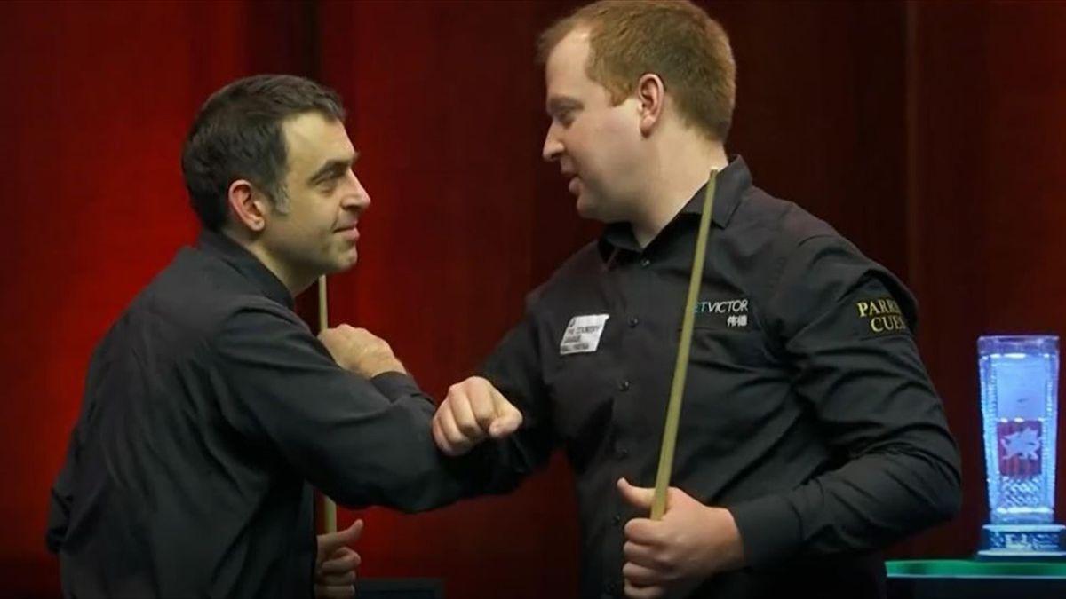 Ronnie O'Sullivan (links) gratuliert Jordan Brown zum Titel bei den Welsh Open