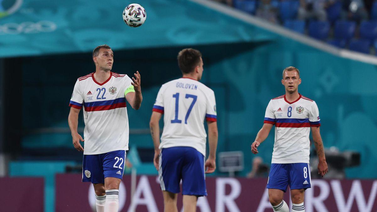 Артем Дзюба, Александр Головин и Дмитрий Баринов во время матча Бельгия – Россия