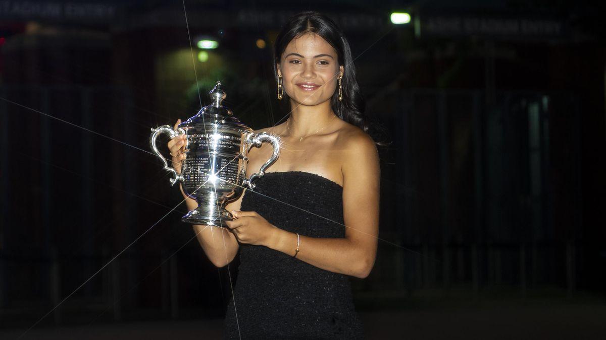 Emma Raducanu mit der US-Open-Trophäe