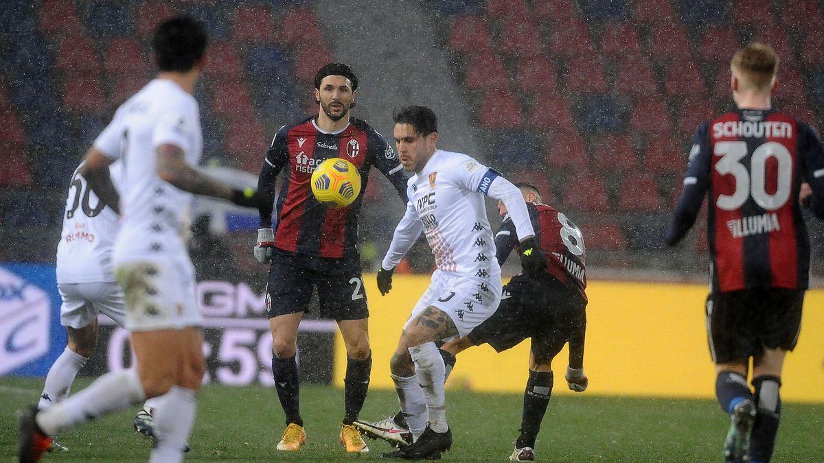Bologna-Benevento, Serie A 2020-2021: il capitano del Benevento (maglia bianca) Nicolas Viola (Getty Images)