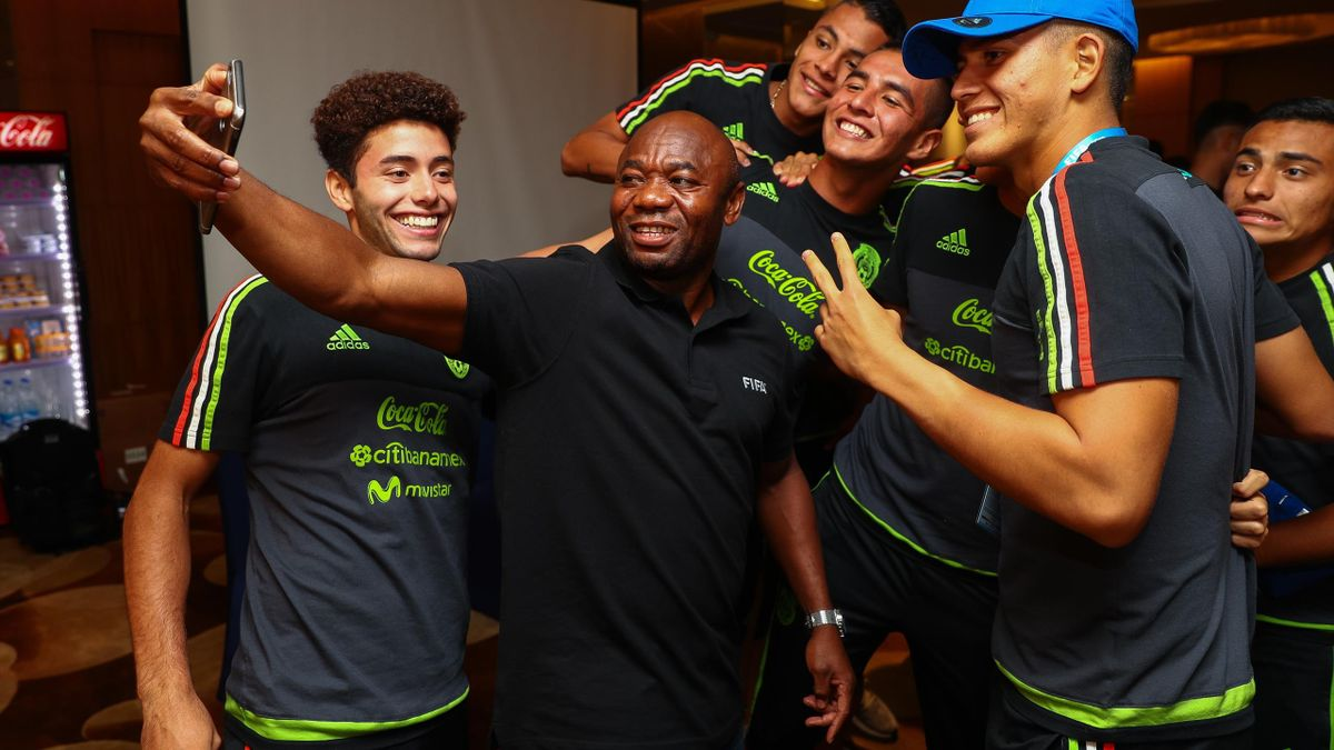 FIFA Legend Emmanuel Amunike (C) take a selfie with players of Mexico during a FIFA Ethics Workshop ahead of the FIFA U-17 World Cup India 2017 tournament at Novotel Kolkata on October 6, 2017 in Kolkata, India.