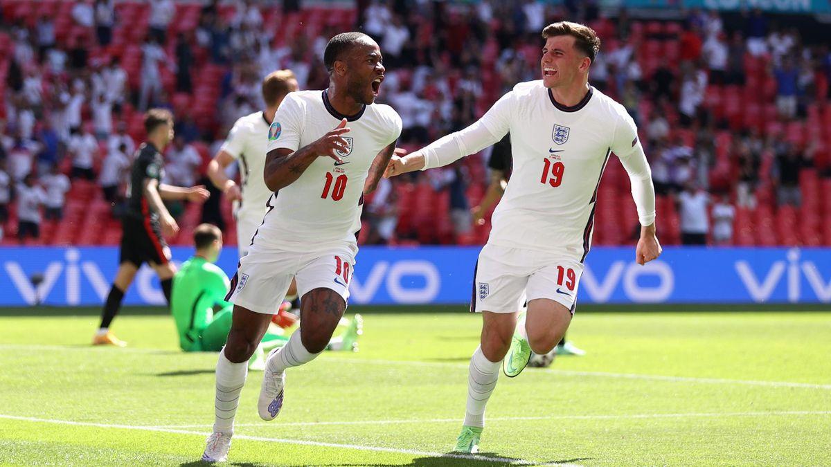 Raheem Sterling (l.) erzielt für England einen Treffer