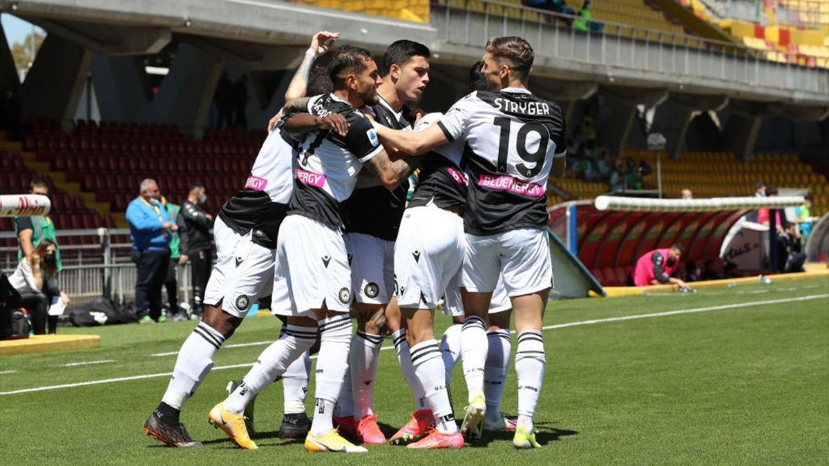 L'esultanza dei giocatori dell'Udinese - Benevento-Udinese Serie A 2020-21