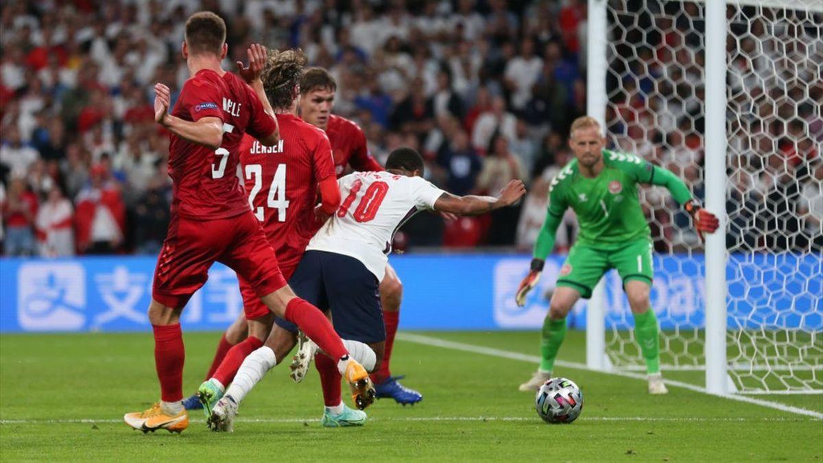 Raheem Sterling cade in area - Inghilterra-Danimarca Euro 2020