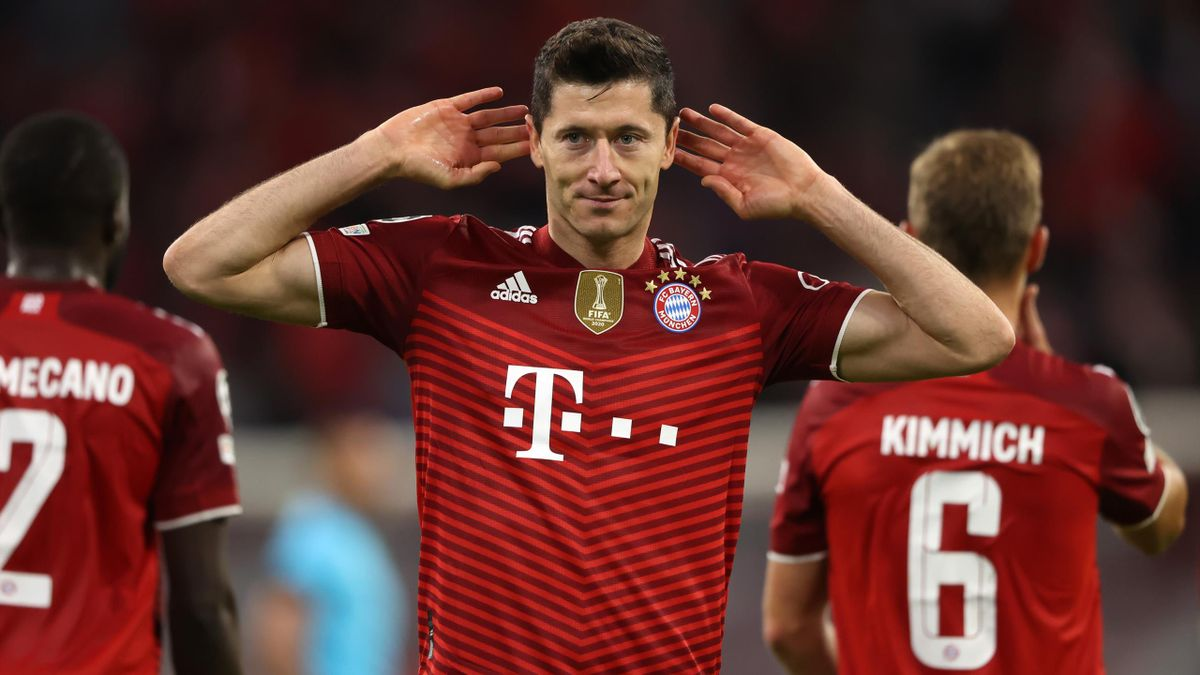 Robert Lewandowski of FC Bayern Muenchen celebrates after scoring their side's second goal during the UEFA Champions League group E match between FC Bayern München and Dinamo Kiev at Allianz Arena on September 29, 2021 in Munich, Germany