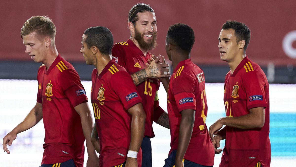 Sergio Ramos félicite Ansu Fati après son but face à l'Ukraine avec l'Espagne, le 6 septembre 2020