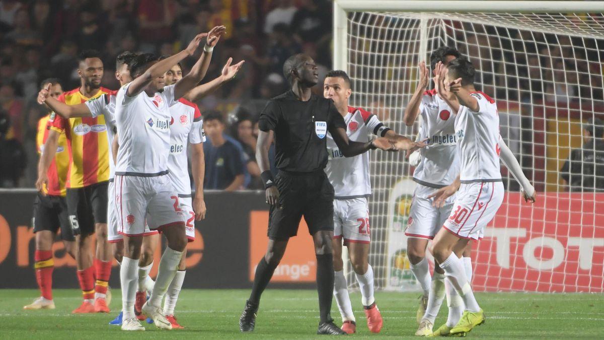 Les joueurs du Wydad Casablanca furieux contre l'arbitrage lors de la finale de la Ligue des champions africaine.