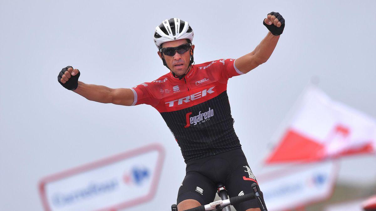 Alberto Contador celebrando su última victoria en La Vuelta a España 2017, etapa 20, Corvera de Asturias - Alto de L'Angliru