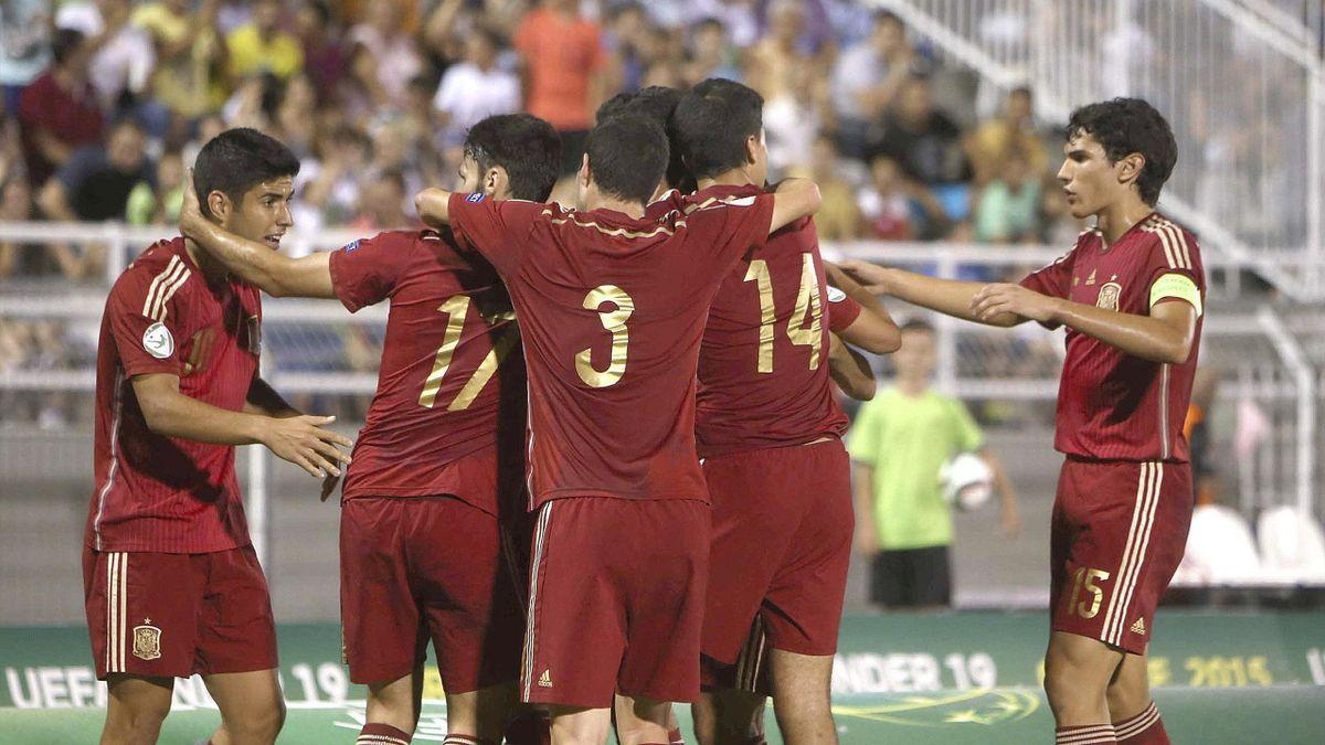 Los jugadores de la selección española Sub-19 celebran un gol