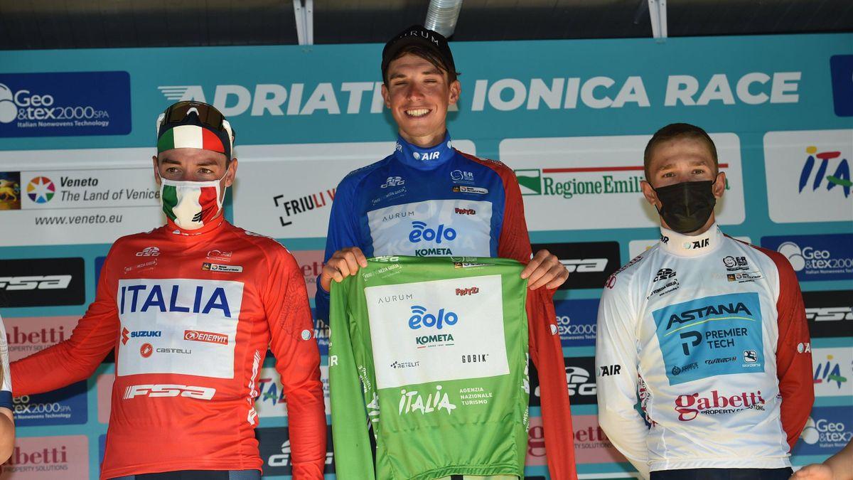 Lorenzo Fortunato sul podio di Comacchio dopo aver vinto la classifica generale dell'Adriatica Ionica Race 2021