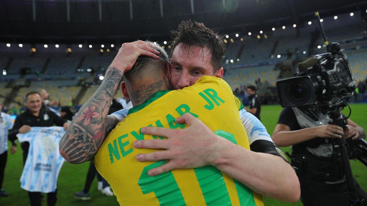 Lionel Messi enlace Neymar après la finale de la Copa America remportée par l'Argentine face au Brésil