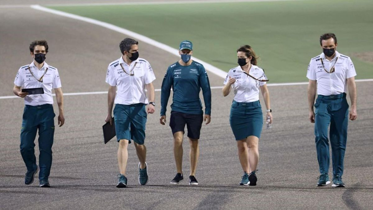 Sebastian Vettel (Mitte) bei der Streckenbesichtigung in Bahrain