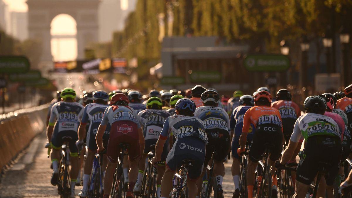 Le peloton aborde les Champs-Elysées.