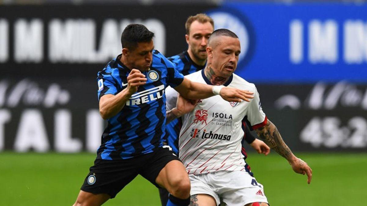 Alexis Sanchez et Radja Nainggolan lors de Inter Milan - Cagliari en Serie A le 11 avril 2021
