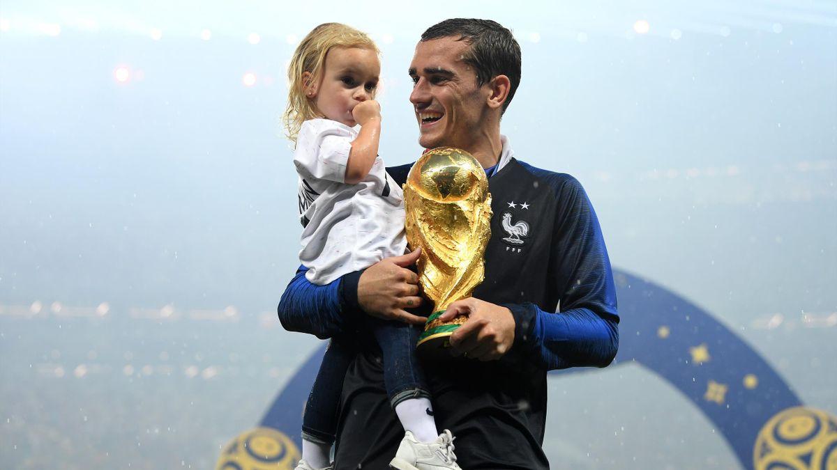Antoine Griezmann mit dem WM-Pokal und Töchterchen Mia auf dem Arm