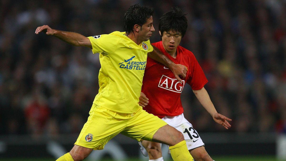 Capdevila y Ji Sung Park durante un Manchester United-Villarreal de Champions