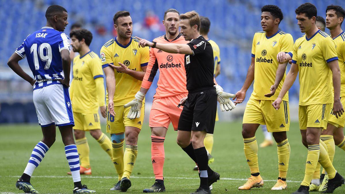 Cadiz players complain, Real Sociedad v Cadiz, La Liga, Anoeta Stadium. San Sebastian, February 7, 2021