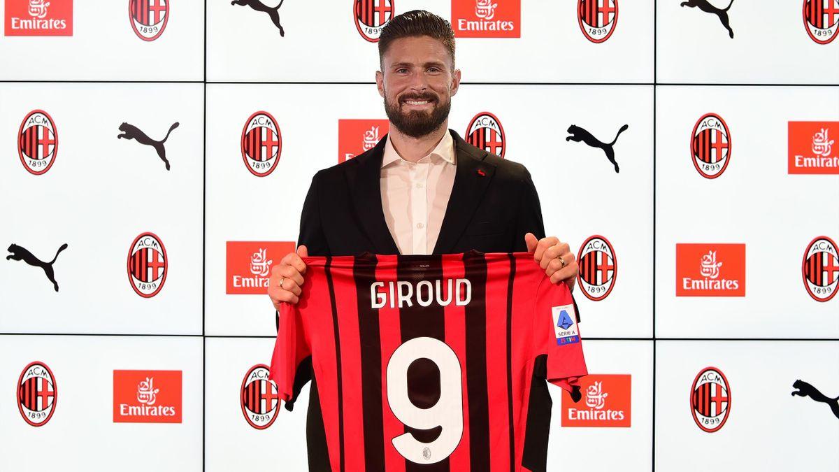 """Olivier Giroud posa con la maglia n° 9 del Milan: il francese proverà a sfatare il tabù della casacca """"maledetta"""""""