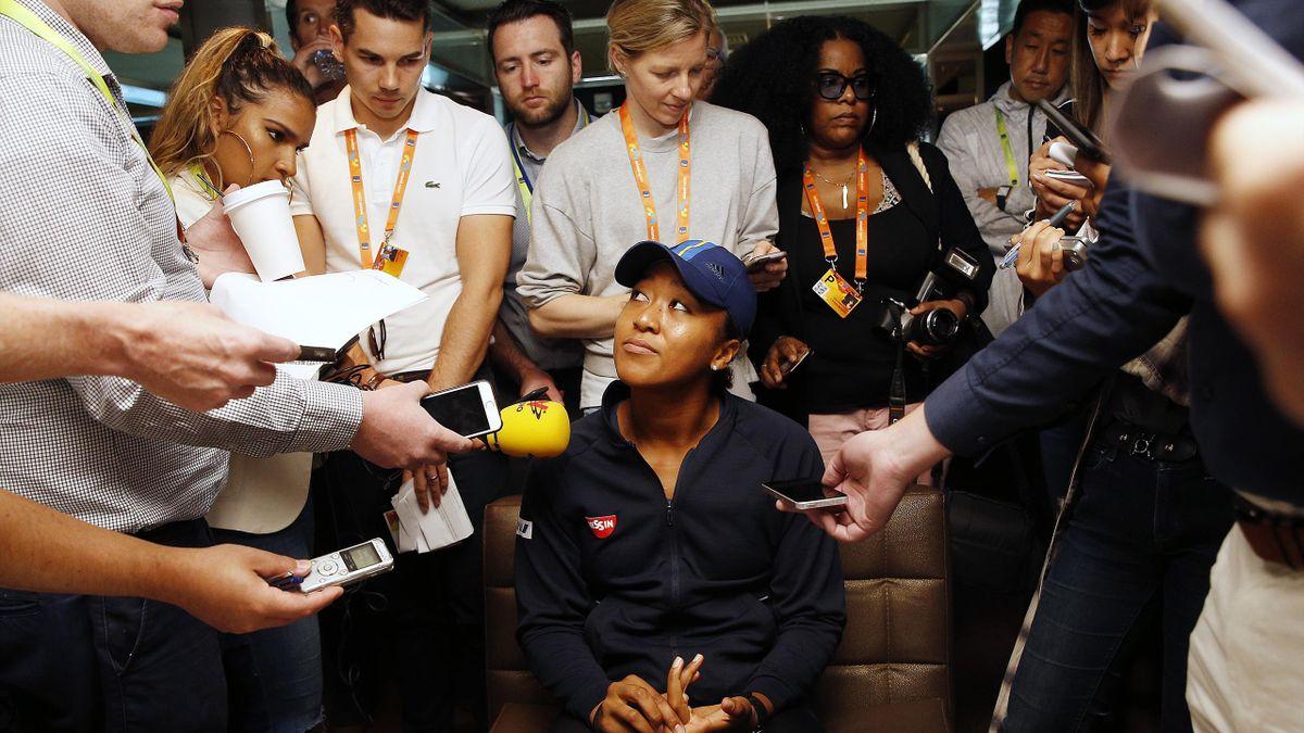 Наоми Осака общается с журналистами