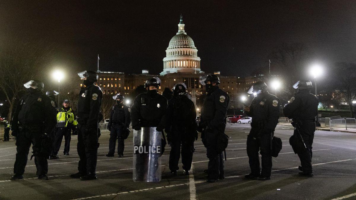 Policías y fuerzas de seguridad custodian el Capitolio de Washington ante las protestas de los partidarios de Donald Trump