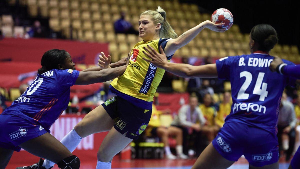 La défense française contre la Suède lors de l'Euro 2020 de handball féminin