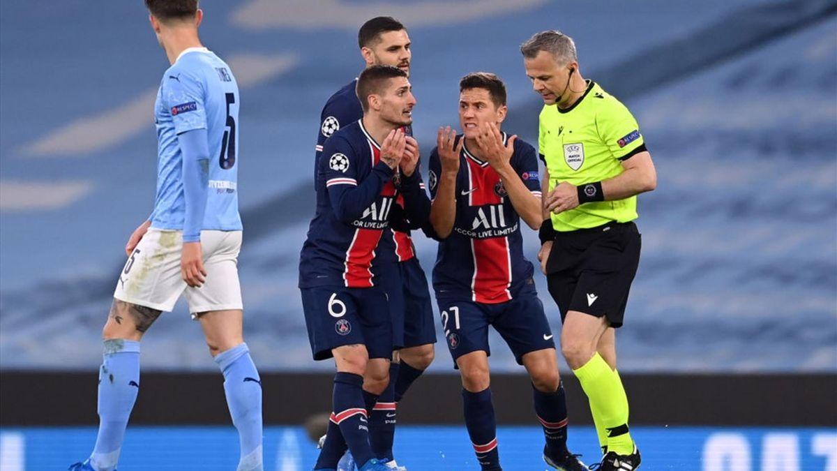 Marco Verratti protesta con Kuipers dopo il rosso estratto ai danni di Di Maria in Manchester City-PSG - Champions League 2020/2021 - Getty Images