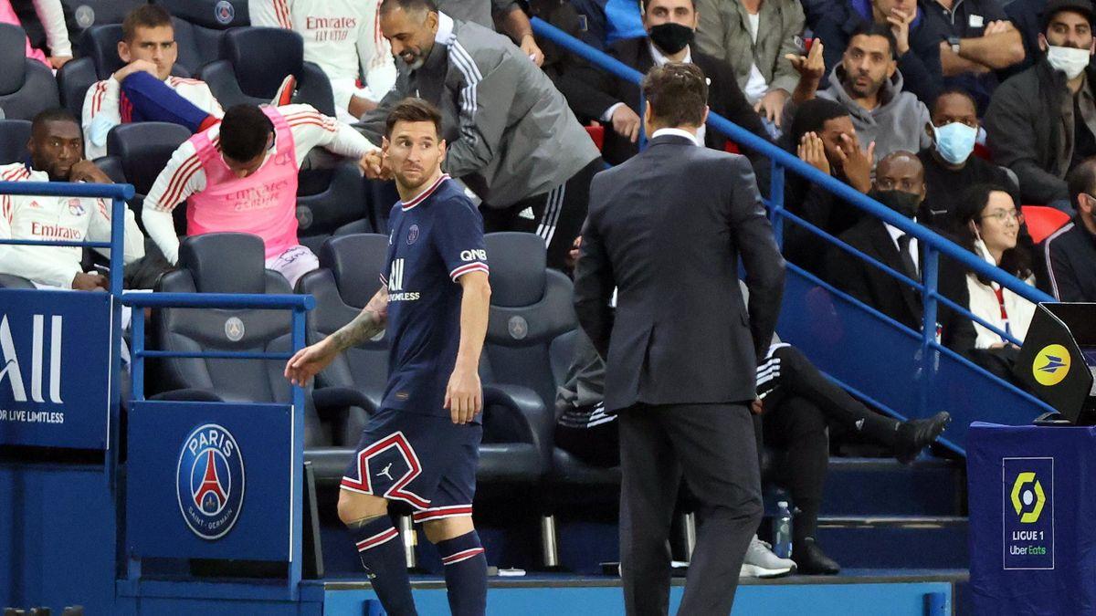 Lionel Messi (l.) und PSG-Trainer Mauricio Pochettino nach der Auswechslung des Argentiniers im Spiel gegen Olympique Lyon