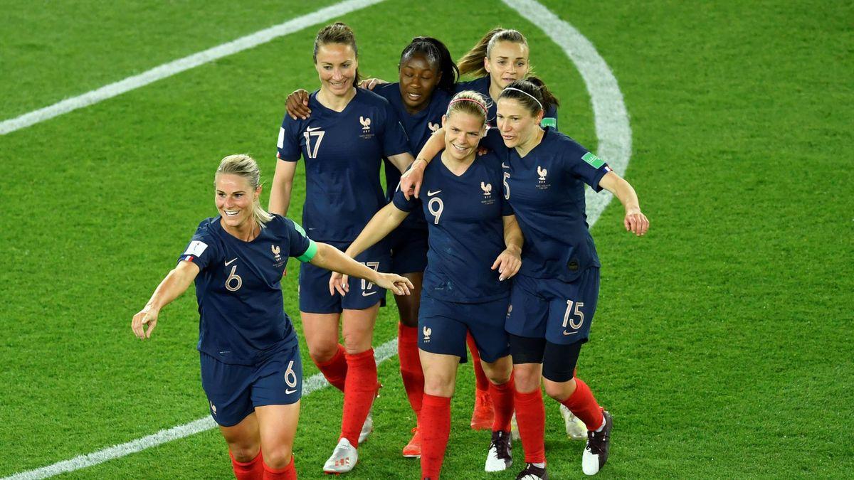 La joie d'Amandine Henry et des Bleues lors du match entre la France et la Corée du Sud, le 7 juin 2019 au Parc des Princes.