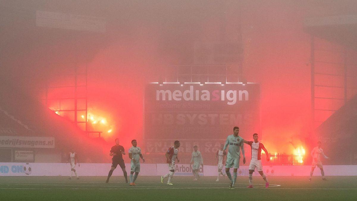 Fanii olandezi au pus în scenă un spectacol pirotehnic, din afara stadionului