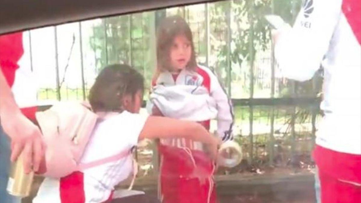 Espeluznante: Hinchas de River pegaron bengalas en el cuerpo de una niña